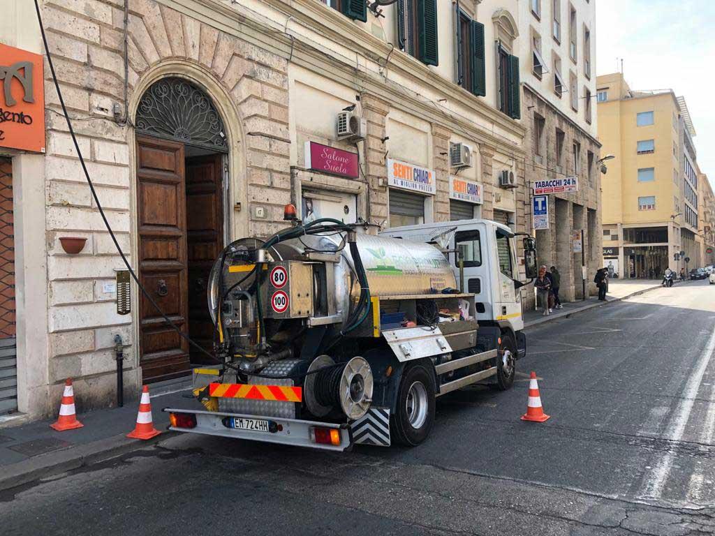 aspirazione-pozzi-neri-camion-a-lavoro-servizi-ecogroup