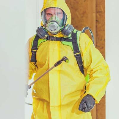 uomo-a-lavoro-con tuta-per-sanificazione-ozono-servizi-ecogroup-livorno